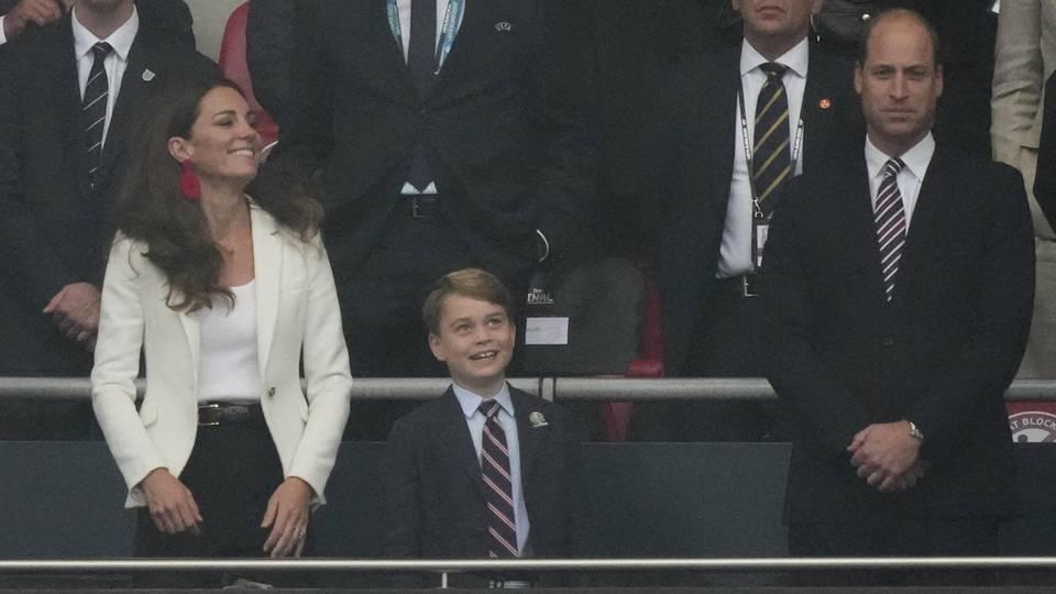 11. Juli2021  Englands Glücksbringer sind wieder im Wembley-Stadion:Zusammen mit Herzogin Catherine und Prinz William feuert Prinz Georgedie englische Nationalmannschaft im Finale der Fußball-EM gegen Italien an. Ein ganz besonderer Abend für den Siebenjährigen!