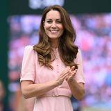 Ob Wembley oder Wimbledon: Herzogin Catherinelässt sich zurzeit keine Sportveranstaltung entgehen. Zum Finale der Herren erscheint die 39-Jährige in einemeleganten Kleidmit Puffärmeln und mit stilvollemGürtel, der ihre Taille betont. Doch das Kleid kommt uns bekannt vor.Hat sie sich etwa von dieser Prinzessin inspirieren lassen?