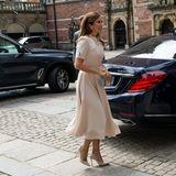 Denn auch Kronprinzessin Mary von Dänemark trug das Kleid von Beulah London im Juni 2020 zu einer Kunstausstellung – allerdings in der Farbe Beige. Doch egal ob Blush oder Nude – beiden steht das eleganteKleid hervorragend!