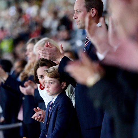 """Nach 90 regulären Spielminuten, einer Verlängerung und einem nervenaufreibenden Elfmeterschießen steht der Sieger der UEFA Euro 2020 fest: Es ist Italien. Die Enttäuschung darüber ist den England-Fans Prinz George und Prinz William ins Gesicht geschrieben. """"Es ist herzzerreißend"""", schreibt Prinz William nach dem EM-Spiel auf Instagram."""