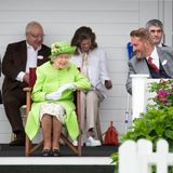 Beim Finale desRoyal Windsor Cup hat Queen Elizabeth alles im Blick. Traditionell beehrt Königin Elizabeth das Event immer mit ihrer Anwesenheit. Neben dem spannenden Polo Spiel tauscht sie sich bei bester Launemit den anderen Gästen aus.