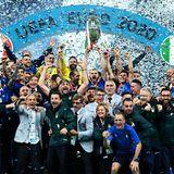 Sie haben allen Grund zu jubeln: Italien gewinnt nach einem spannenden Elfmeterschießen gegen England die UEFA Euro 2020 und feiert im Londoner Wembley-Stadion. Für Italien ist es der zweite Titel bei einerFußball-Europameisterschaft.
