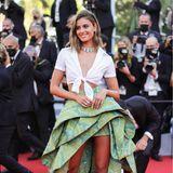 """Oben Sommer-Style, unten Couture: Taylor Hill bringt mit diesem Look von Etro gute Laune auf den """"Tapis rouge""""."""