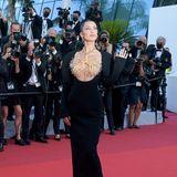 """Was für ein Hingucker! Bella Hadid bezaubert auf dem Red Carpet der""""Tre Piani""""-Vorführung in einer ganz besonderen Couture-Kreation von Schiaparelli."""