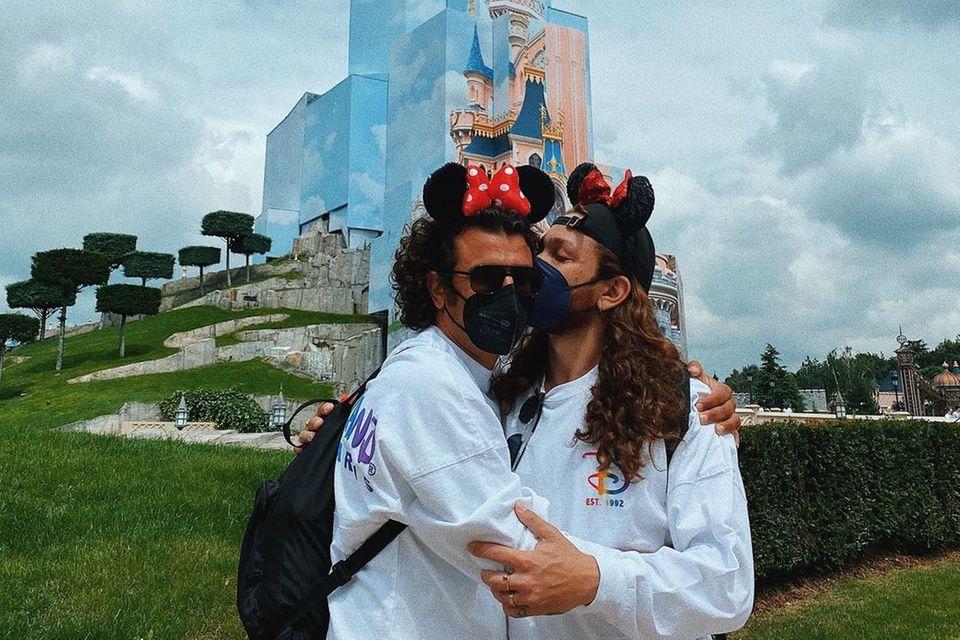 Für Riccardo Simonetti und seinenPartner geht es für ein paar Tage ins wunderbare Disneyland Paris. Bevor die beiden Mickey Mouse und Co. einen Besuch abstatten, bleibt noch Zeit für ein romantisches Selfie vor dem berühmten Disney Schloss.