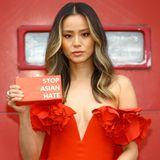 """Nur wenige Tage nach den tödlichen Angriffen auf mehrere Asiat:innen in der US-Stadt Atlanta zeigt sich Schauspielerin Jamie Chung bei den """"Screen Actors Guild Awards"""" mit einer Clutch und der ganz klaren Aussage """"Stop Asian Hate""""."""