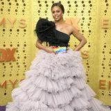 Laverne Cox wäre nicht Laverne Cox, wenn sie ihren großen Aufritt bei den Emmys nicht nutzen würde, um sich für ihre Community starkzumachen. So erscheint sie mit dramatischem Kleid und einer auffälligen Regenbogen-Clutch. Dabei belässt sie es jedoch nicht ...