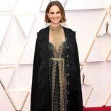 Bei den Oscars 2020 begeistert Natalie Portman in einem atemberaubenden Design aus dem HauseDior. Doch wer genauer hinschaut, sieht, dass dieser Look eine wichtige Botschaft verbirgt ...