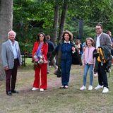 """Auch König Carl Gustaf, Königin Silviaund Prinz Daniel lauschen an diesem Samstagabendbei den """"Solliden Sessions"""" der Musik unter freiem Himmel. Nach all den Monaten der Isolation, bedingt durch die Pandemie, ist das Konzert ein willkommenes Event für die schwedischen Royals. Einzig der jüngste Nachwuchs und Prinzessin Victoria fehlen heute."""