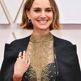 Denn entlang ihres Capes befinden sie die Namen aller weiblichen Regisseurinnen, die bei den Oscar-Nominierungen nicht berücksichtigt wurden. Ein, auf den ersten Blick subtiles aber starkes feministisches Statement.