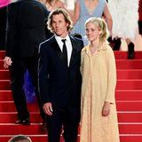 """Es ist ihr erster Auftritt auf dem roten Teppich:Hazel Moder, die Tochter von Julia Roberts, erscheintzusammen mit ihrem Vater Danny Moder zum 74. Filmfestival in Cannes – und lenktmit ihrer natürlichen Schönheit alle Blicke auf sich. Im schlichtenSpitzenkleid,mitlockerem Zopf und schwarzen Riemchenschuhen beweist sie modisches Gespür ohne großes Tamtam. Sie ist eben eine echte """"Pretty Woman""""."""