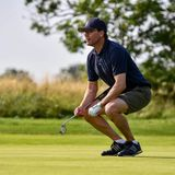 """13. Juli 2021  Am Vormittag startet Prinz Daniel mit seinem Team beim traditionellen """"Victoria Golf"""" auf Öland,das alljährlich im Rahmen der Victoriatage stattfindet. Nach anfänglich schlechten Wetterbedingungen lässt sich schließlich die Sonne blicken und der Royal kann für den guten Zweck seinen Golfschläger schwingen."""
