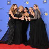 """Ein roter Teppich ganz in Schwarz!2018 stehen die""""Golden Globe Awards""""voll und ganz im Zeichen von """"Time's Up"""",einer Bewegung gegen die Diskriminierung und sexuelle Belästigung von Frauen in der Arbeitswelt. Auslöser war der Skandal um Filmproduzent Harvey Weinstein und die damit einhergehende """"Me Too""""-Bewegung."""