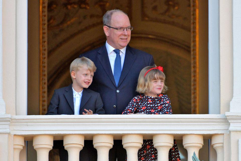 Fürst Albert mit den Zwillingen Jaques und Gabriella auf dem Palastbalkon während des Fronleichnamfestes am 3. Juni 2021.