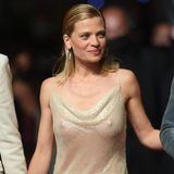 In einem Hauch von Nichts schreitet Schauspielerin Mélanie Thierry an der Seite ihrer Kolleg:innen über den roten Teppich in Cannes. Das Kleid stammt aus einerKollektion der Designermarke Celine. Nur ein beigefarbener Slip verdeckt das Nötigste. Hut ab für den mutigen Look!