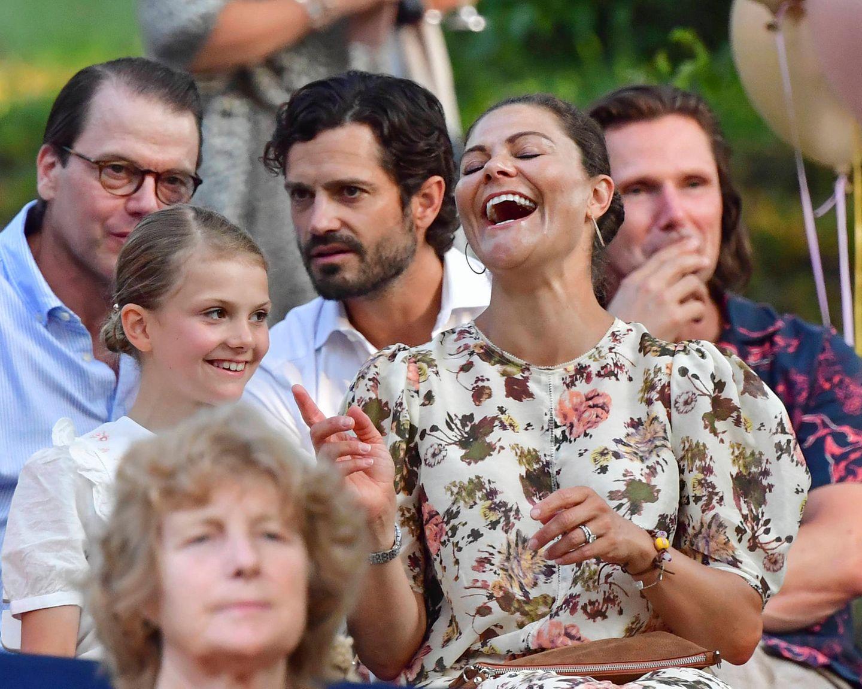 In ausgelassener Stimmung genießt Prinzessin Victoria den gelungenen Abend im Kreise ihrer Familie auf Schloss Solliden.