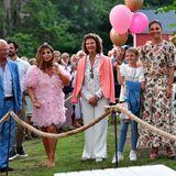 Als Erinnerung an den schönen Abend posiert dieschwedische Königsfamilie noch für ein Foto mit Sängerin und ESC-Gewinnerin Carola.
