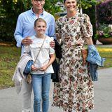 Die schwedische Königsfamilie lässt es sich aktuell auf Schloss Solliden,der idyllisch gelegenen Sommerresidenz auf der InselÖland, gut gehen. Gewohnt lässig und bestens gelaunt gehen Prinzessin Victoria, Prinz Daniel und Tochter Estelle dem musikalischen Abend entgegen.