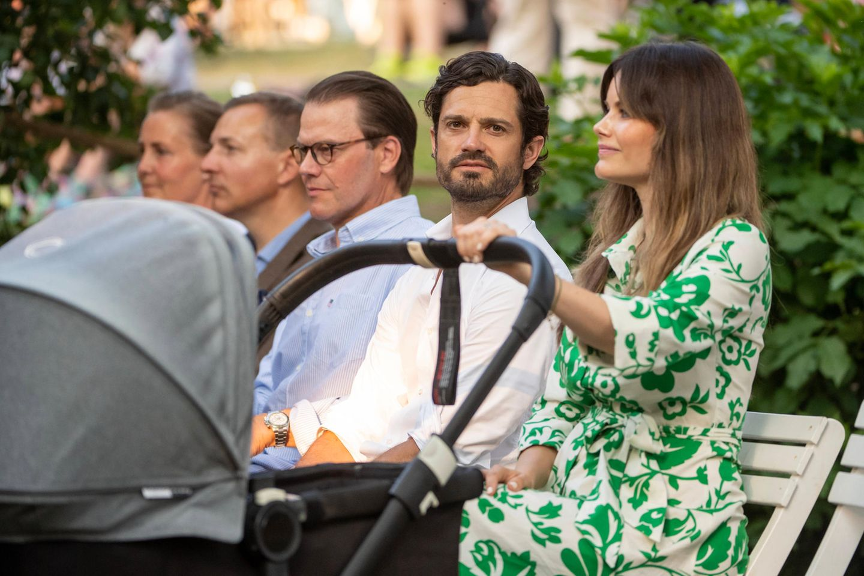 Entspannt schiebt Prinzessin Sofia ihren kleinen Royal hinund her. Prinz Julian wurdeim März geboren und ist das dritte Kind des glücklichen Prinzenpaares.