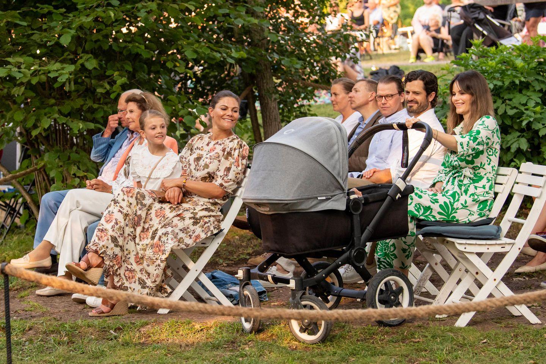 Nach langer Zeit ist die royale Familie wieder vereint. Prinzessin Madeleine ist an diesem Abend zwar nicht dabei, aber dafür lassen sich Victorias Bruder Prinz Carl Philip und Ehefrau Prinzessin Sofia das schöne Ereignis nicht entgehen. Der heimliche Star ist allerdings Baby-Prinz Julian, der im Kinderwagen alle Blicke auf sich zieht.