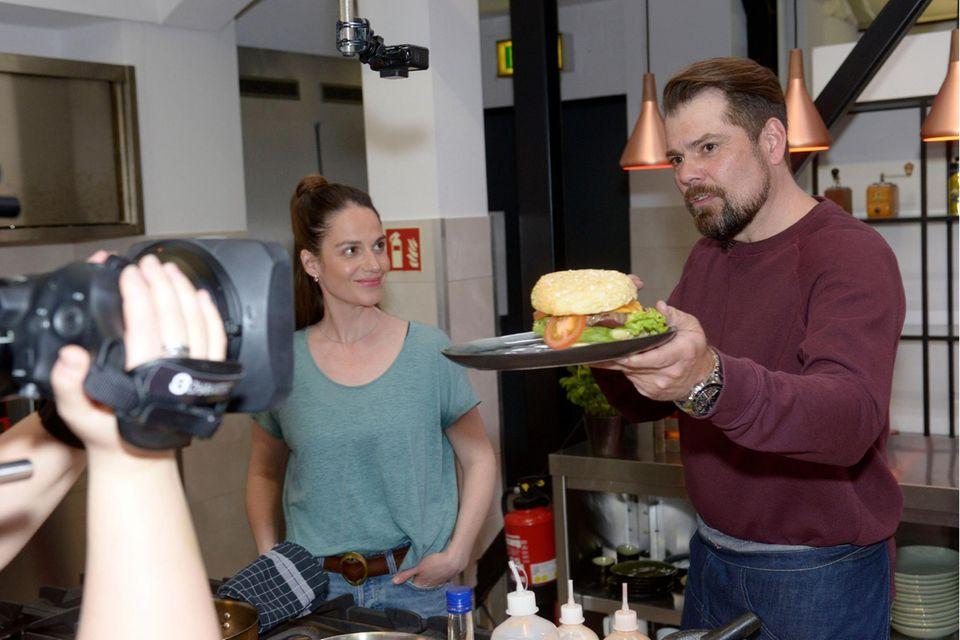Svenja Steiner (Stella Denis-Winkler) und Leon Moreno (Daniel Fehlow)