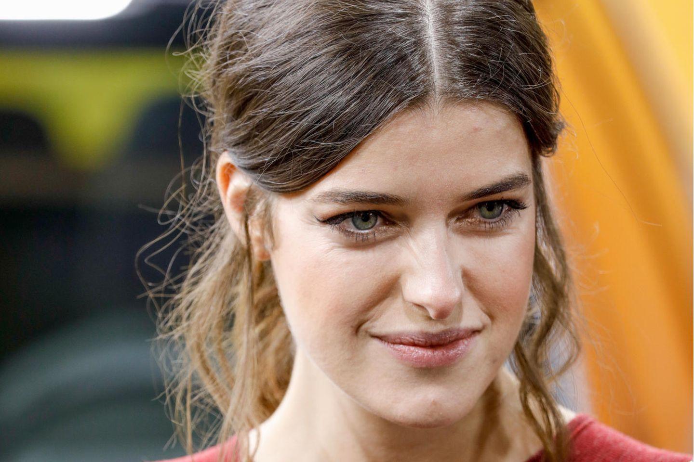 So kennt man das Model. Marie Nasemann mit Mittelscheitel und natürlicher Frisur.