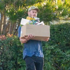 Chris Hemsworth trägt seinen vollgepackten Karton aus einem Supermarkt in Sydney. Unter den Leckereien für seine Familie befinden sich viele gesunde Snacks wie Sellerie, Mais, Goji-Beeren und Nüsse.