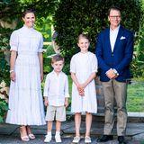 14. Juli 2021  Hier strahlt das Geburtstagskind Prinzessin Victoria für das offizielle Familienfoto anihrem Ehrentag auf Schloss Solliden. Prinzessin Estelle präsentiert sich im sommerlichen Partnerlook mit ihrer Mama und auch Prinz Daniel und der kleine Oscar haben sich für die heutige Feier schick gemacht.