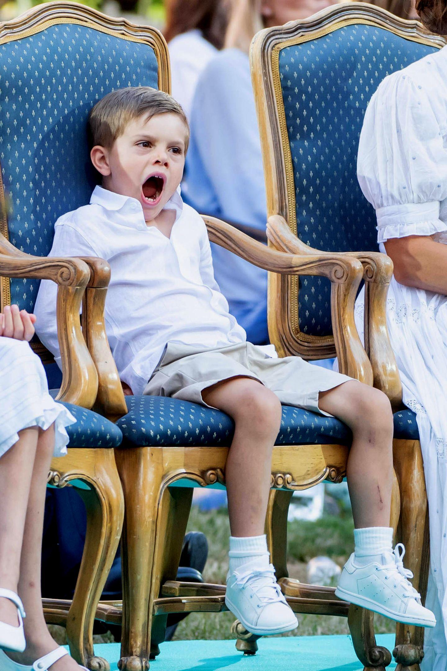 Denn anders als der Rest der Familie findet Prinz Oscar die Veranstaltung etwas langweilig; trotzdem hält sich der Fünfjährige, der heute sein Debüt beim Victoria-Konzert gibt, wacker auf seinem Stuhl.