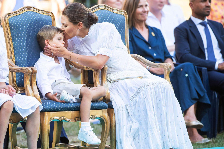 Für so viel Geduld gibt es auch ein Küsschen von Mama Victoria für ihren kleinen Prinzen.