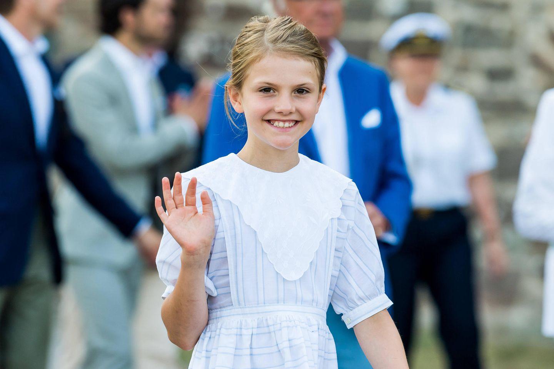 Prinzessin Estelle beherrscht das Spiel mit den Kameras schon richtig gut und winkt fröhlich in die Menge.