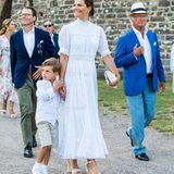 Prinz Oscar ist hingegen noch etwas schüchtern und klammert sich lieber am Arm von Mama fest, als die Familie in dieBurgruine von Schloss Borgholm hineinspaziert.