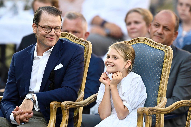 Prinzessin Estelle ist begeistert von dermusikalischen Feier und steckt mit ihrer Freude auch Papa Daniel an.