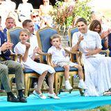 """Aus der ersten Reihe verfolgt die Prinzenfamilie interessiert die Darbietungen des """"Victoriakonserten"""", bei dem verschiedene schwedische Künstler auftreten."""