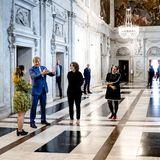 """14. Juli 2021  Heute wird im Palast in Amsterdam der """"königliche Preis der freien Malerei 2021"""" vergeben. König Willem-Alexander schaut sich vorabdieJubiläumsausstellung an und philosophiert mit den Gästen über die ausgestellten Gemälde. Im Anschluss wird Willem-Alexander feierlich die diesjährigen königlichen Preise für moderne Malerei überreichen."""