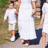 Auch ihre Accessoires, dieebenfalls in Weiß gehalten sind,können sich sehen lassen:Einegesteppte Tasche von Miu Miu und sommerlicheEspadrille Wedges von Maison Valentinosorgen für eine festliche Note.