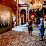 Da muss die Prinzessin lachen! Beatrix entdeckt sich während der Rundführung durch die Sonderausstellung selber in einem großen Gemälde.