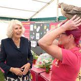 Herzogin Camilla macht bei der großen Agrarschautierische Bekanntschaften –einige sind allerdings nicht ganz so gewöhnlich wie die Begegnung mit dem Huhn...
