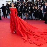 Farblich abgestimmt zum roten Teppich erscheintMarta Lozano in einem Hybrid aus Kleid und Jumpsuit vonLorenzo Caprile. Besonders extravagant ist die Schleppe, die die Schauspielerin hinter sich zieht.