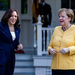 Powerfrauen unter sich! Bundeskanzlerin Angela Merkel trifft US-Vizepräsidentin Kamala Harris. Beim Empfang scheinen sich beide nicht nur prächtig zu verstehen, auch optisch sind sie sich einig:farbiger Blazer kombiniert mit Perlenkette. Während Kamala Harris sowohl bei ihrem Blazer, als auch bei ihrer Kette auf schlichte Farben setzt, geht es Angela Merkel bunter an und sticht mit ihrem hochgeschlossenen gelben Blazer direkt ins Auge.