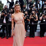 Mit diesemschulterfreien Nude-Look von Alberta Ferretti zeigt sich Topmodel Stella Maxwell in Cannes so richtig romantisch.