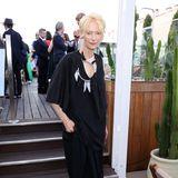 Dezent und doch ein Hingucker: Tilda Swinton zeigt sich bei einer Cannes-Party im weiten Dress mit Feder-Detail.