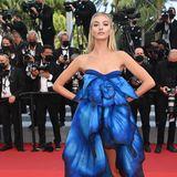 Wie ein leuchtend blauer Schmetterling schwebt ModelAnn-Sophie Thieme über den Red Carpet.