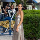 Hana Cross wird in ihrem sommerlichen Glamour-Look schon direkt vor dem Hotel Martinez abgelichtet, bevor es auf den roten Teppich geht, der hoch zum Festivalhaus führt.