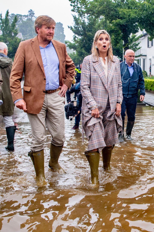 15. Juli 2021  Auch die Niederlande bleiben von den Folgen der katastrophalen Unwetter nicht verschont. Aus diesem Grund ziehen sich König Willem-Alexander und Königin Máxima heute die Gummistiefel an, um sich in einen Überblick über die Lage im niederländischenValkenburg zu machen. Das Königspaar wird durch die überschwemmten Straßen geführt und ist schockiert über die teilweise wadenhohen Wassermassen.