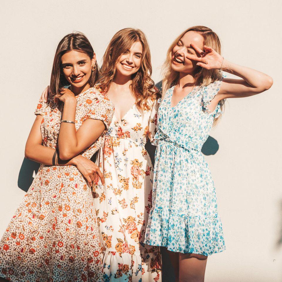 Sommerkleider-Trend 2021: Drei junge, glückliche Frauen im Sommerkleid