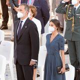 Zum Gedenken an die Opfer der Covid-19-Pandemie vor dem Königlichen Palast in Madrid wählt Königin Letizia einen dunklen, schlichten Look. Zu einem besticktem Kleid vonBottega Veneta kombiniert sie schwarze Pumps vonManolo Blahnik und eine dazu passende Clutch von Carolina Herrera. Eine unaufgeregte, jedoch stilvolleWahl.
