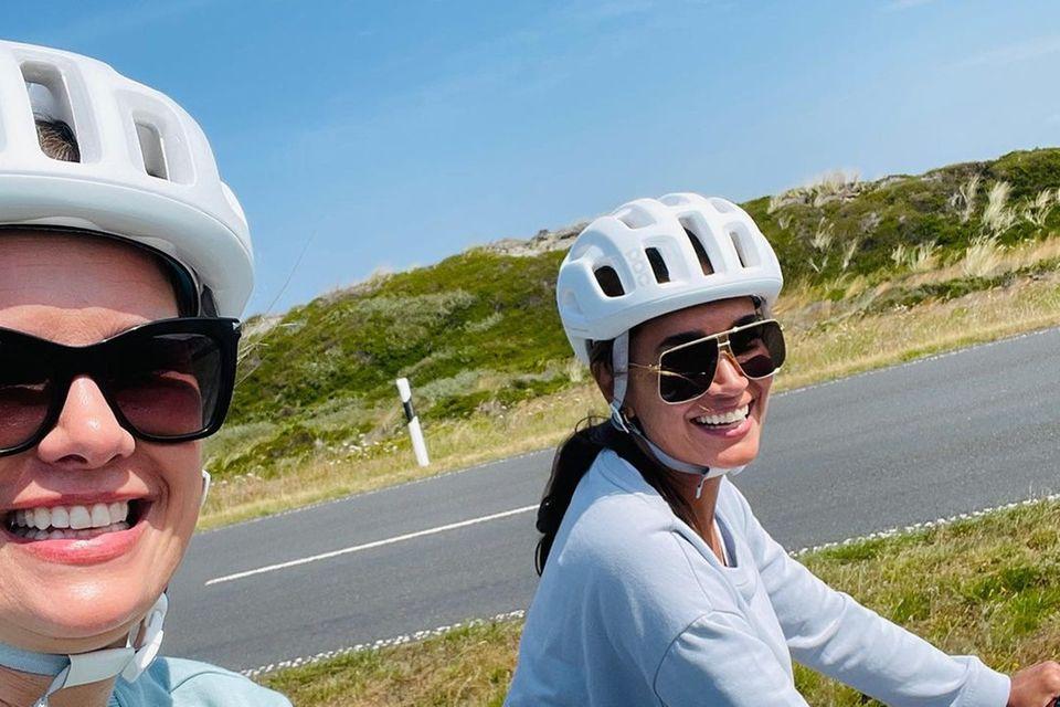 """Die Freundinnen Monica Meier-Ivancan und Jana Ina Zarrella erholen sich bei ihrem gemeinsamen """"Girls-Trip"""" auf Sylt. Neben Faulenzen im Strandkorb undeinem ausgedehnten Spaziergang am Meer gehört auch eine Radtour über die schöne Insel zum Programm."""