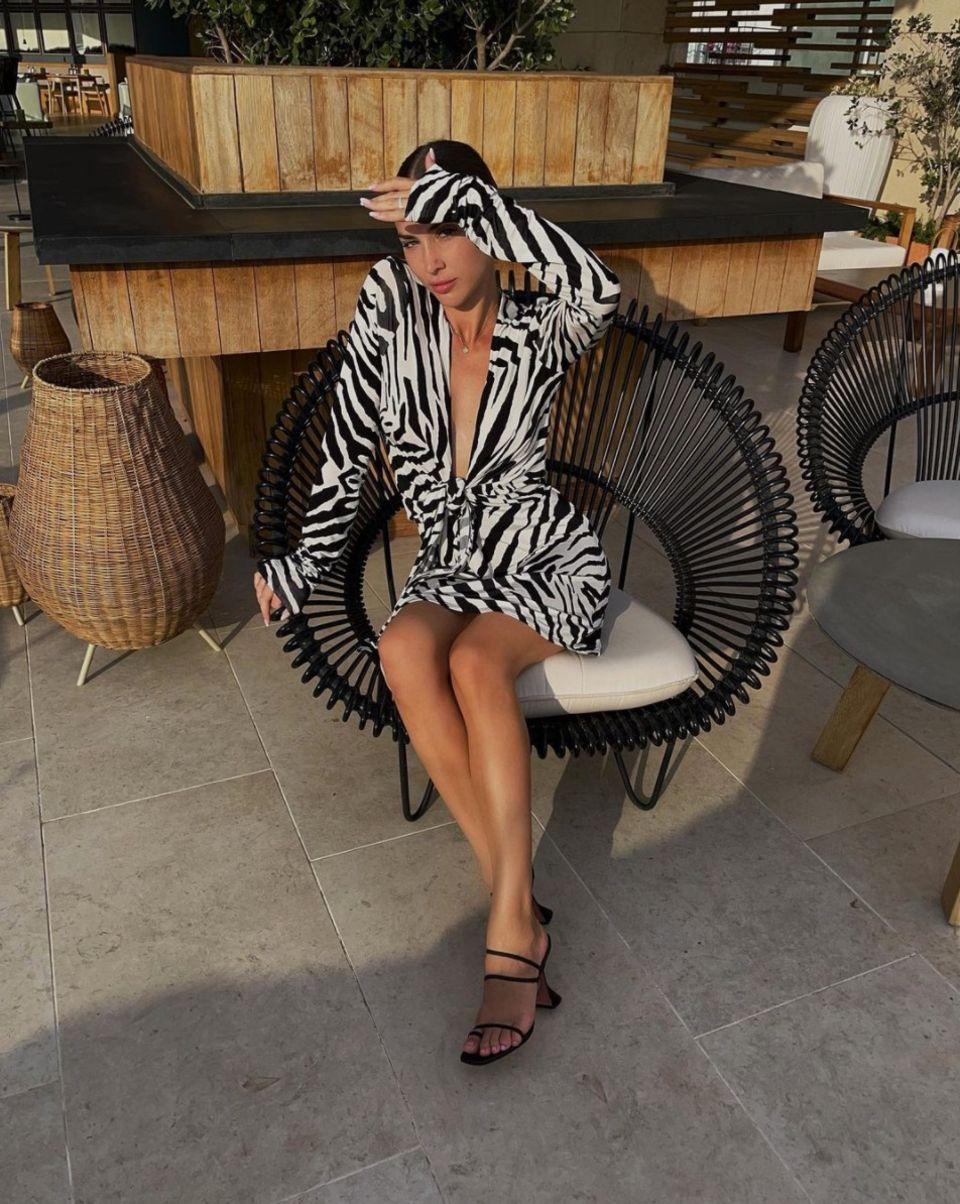 Ann-Kathrin Götze springt auf den Safari-Trip vieler anderer Stars mit auf und posiert in einem Kleid mit Zebra-Muster. Da dieMini-Robe mit tiefem Ausschnitt schon ein echter Hingucker ist, wählt die Frau von Mario Götze schwarze Heels zum Reinschlüpfen und trägt ihre Haare zu einemeleganten Dutt. Sehr sexy!