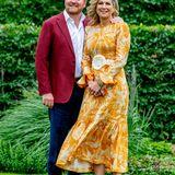Das freudestrahlende Königspaar, das seit fast zwanzig Jahren verheiratet ist, zeigt sich gewohnt vergnüglich beim Fotoshooting im Garten der königlichen Residenz.
